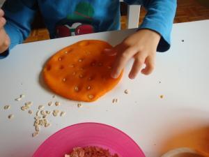 Okraševanje plastelina z žiti