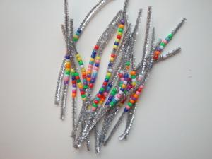 Novoletni okraski iz kosmatih žičk in perli
