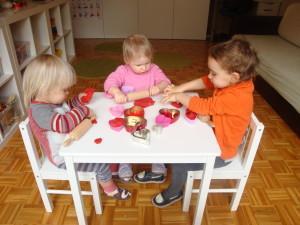 Manipulacija z valentinovim plastelinom