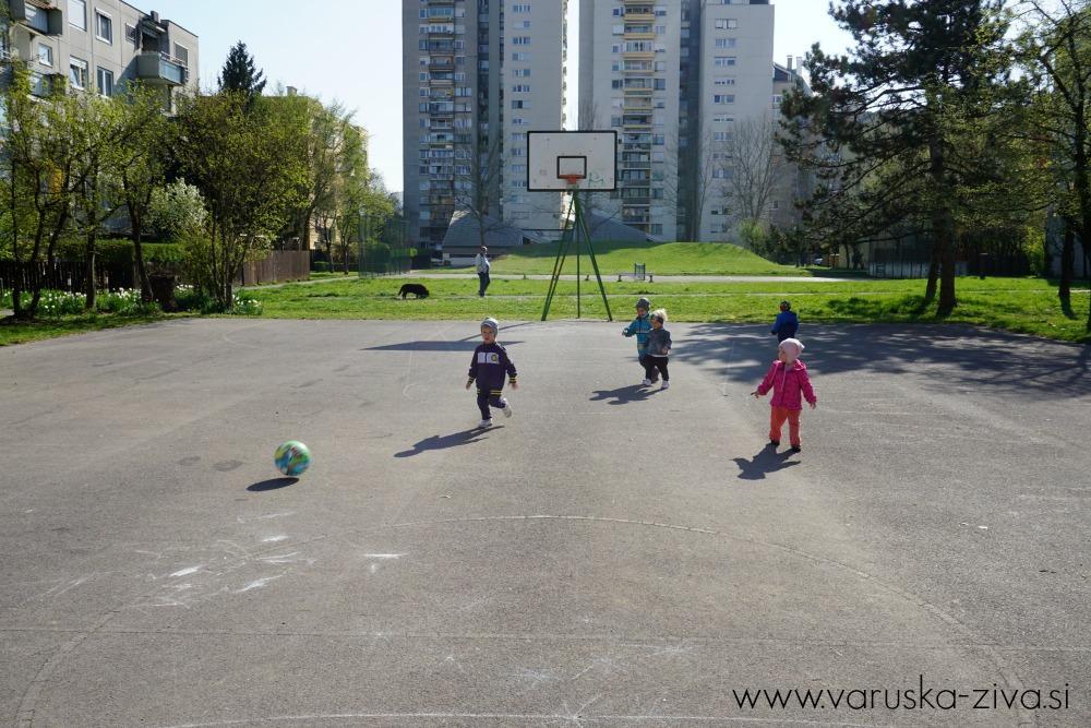 Otroci igrajo nogomet :)