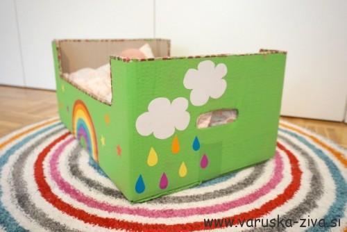 Okrašena posteljica za dojenčka iz kartonaste škatle