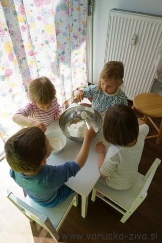 Peka z otroki - dodajanje moke