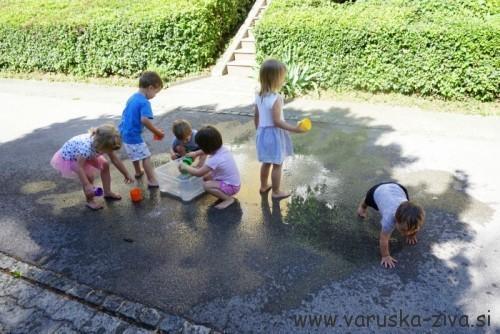 Igra z vodo in lončki