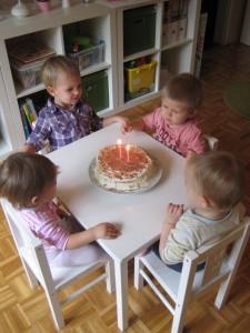 Pihanje svečk na torti