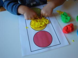 Predloga semafor in razvrščanje barvnega plastelina