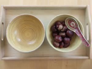 Prelaganje kostanja s kitajsko žlico