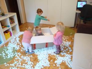 Igra s stiropornimi koščki - kroglicami