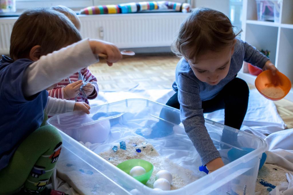 Igra z zimsko senzorično škatlo