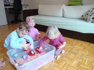 Igra z valentinovo senzorično škatlo - Valentinove dejavnosti