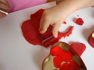 Valentinov plastelin - Dejavnosti za valenitnovo - Izdelava valentinovih piškotkov