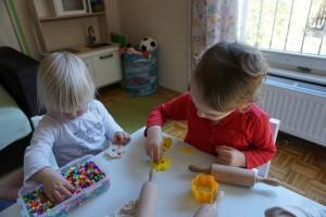 Manipulacija s plastelinom in perlicami na temo dan žena