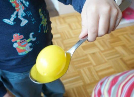 Velikonočna igrica z balansiranjem jajčk