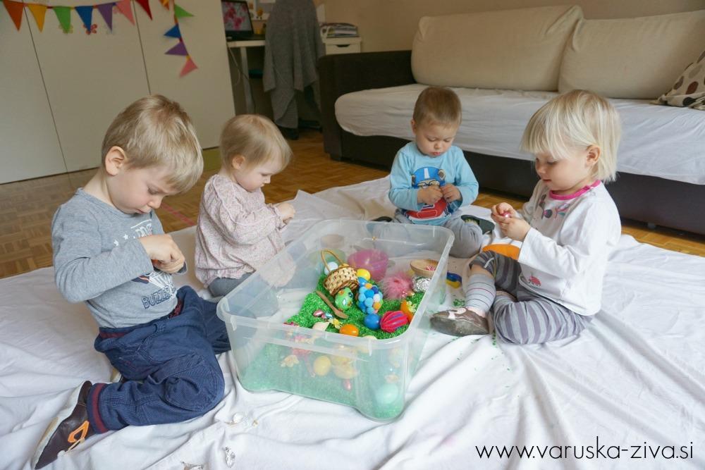 Otroci odvijajo čokoladna jajčka :)