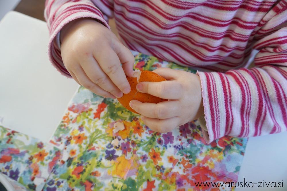 Otroci samostojno lupijo velikonočna jajčka