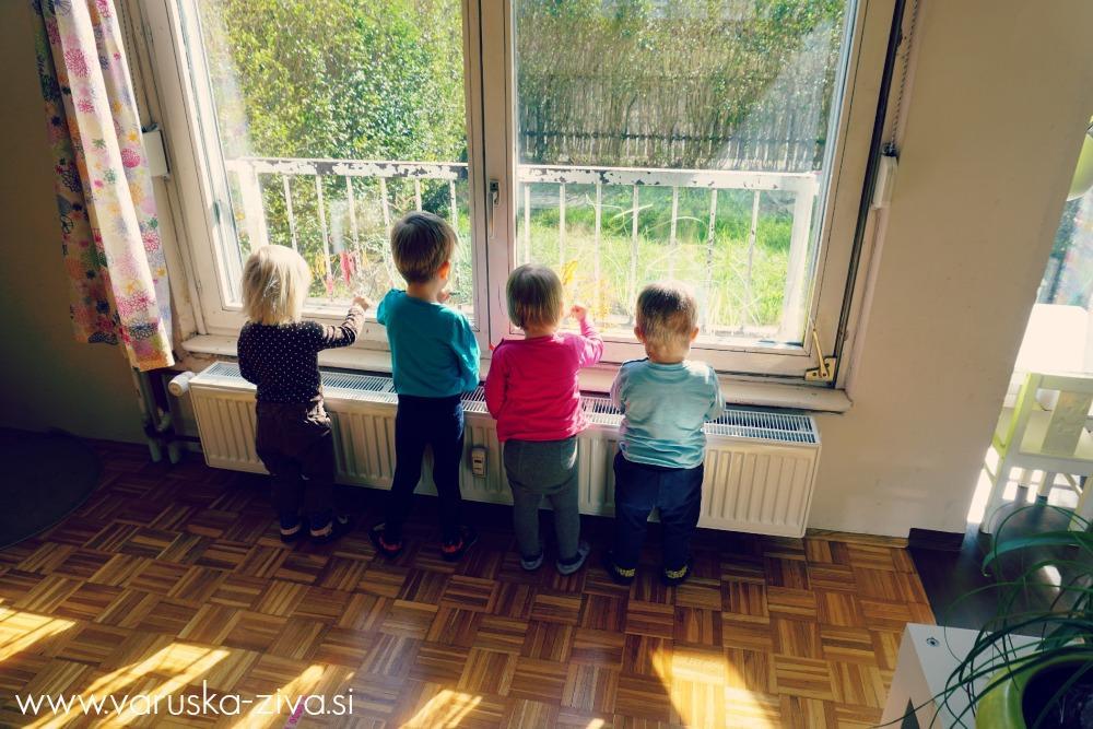 Otroci rišejo na steklo