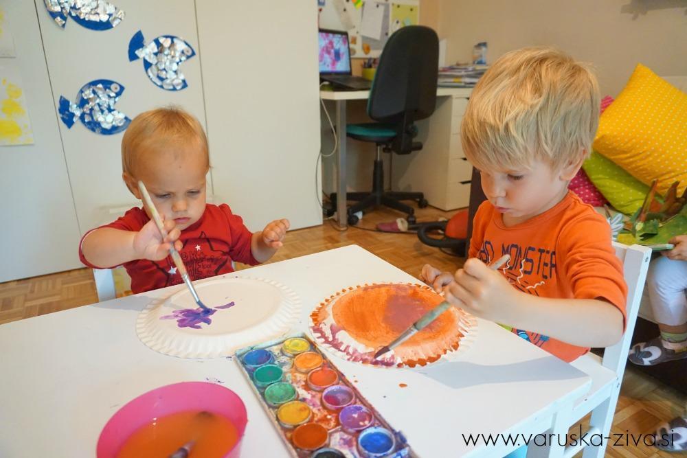 Otroci slikajo z vodenkami