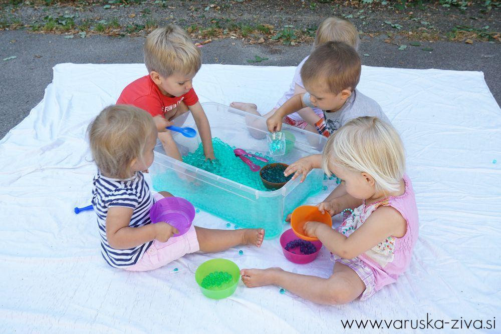 Otroci raziskujejo vodne perlice