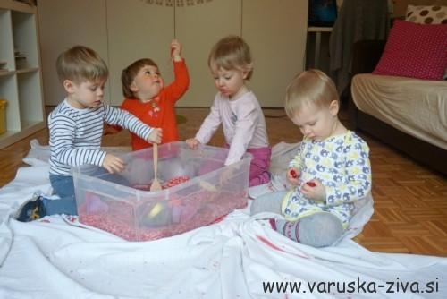 Igra z valentinovo senzorično škatlo