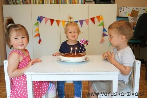 Pihanje svečk na domači tortici
