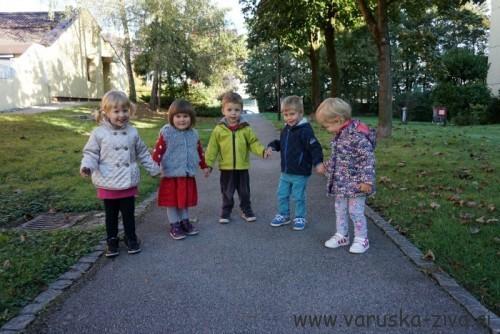 Otroci na sprehodu