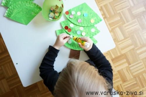 Lepljenje papirnatih okraskov na smrekico
