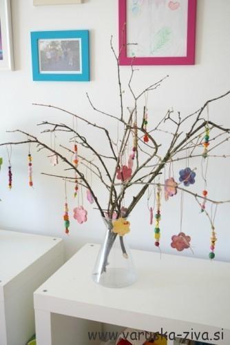 Pomladni okraski iz lesenih perlic - pomladne aktivnosti za otroke