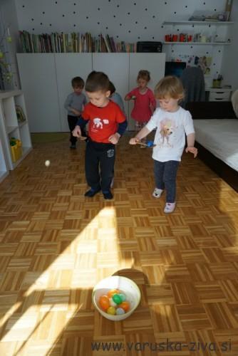 Zabavna gibalna igrica - Prenesi jajček