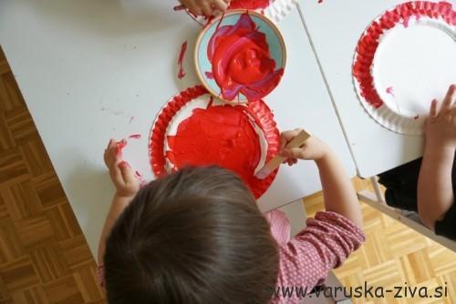 Pikapolonica iz papirnatega krožnika - slikanje s tempero