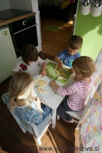 Peka z otroki - rezanje banan