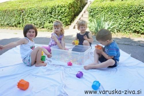 Igra z vodnimi perlicami - enostavna poletna aktivnost