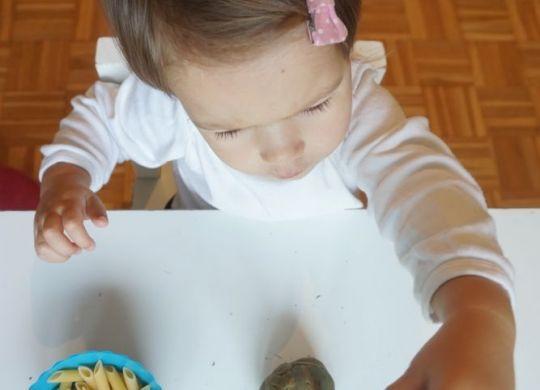 Natikanje makaronov - Enostavne aktivnosti za enoletnike