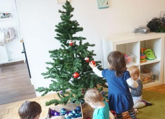 Okraševanje smrekice z otroki