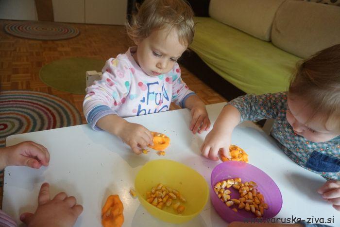 Plastelin in koruza - jesenske aktivnosti za otroke