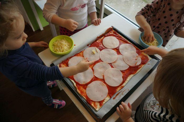 Kuhamo z otroki: Peka pice