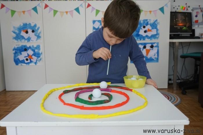 Vodenje ping pong žogice po labirintu