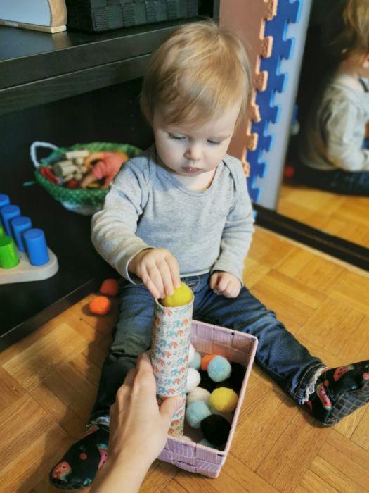 Doma narejene igrače za enoletnike - Igra s puhki