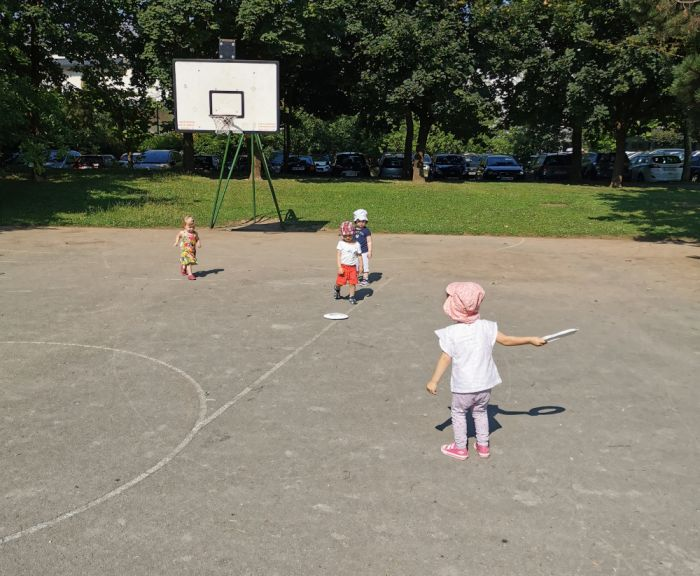 Frizbi iz papirnetga krožnika - poletne aktivnosti za otroke