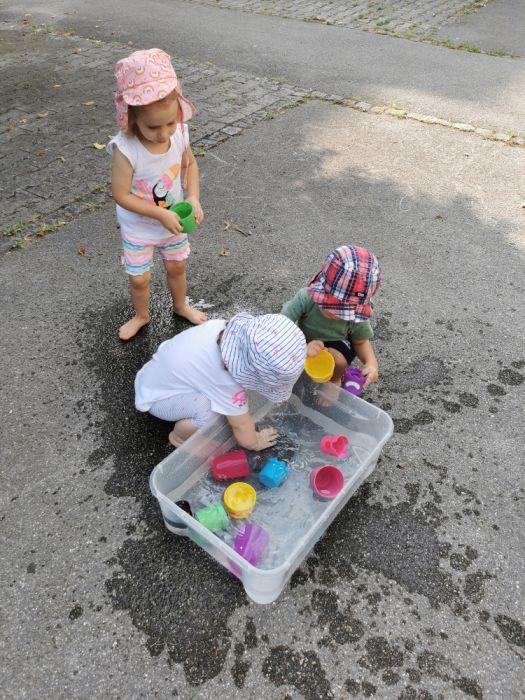 Poletna igra z lončki in vodo