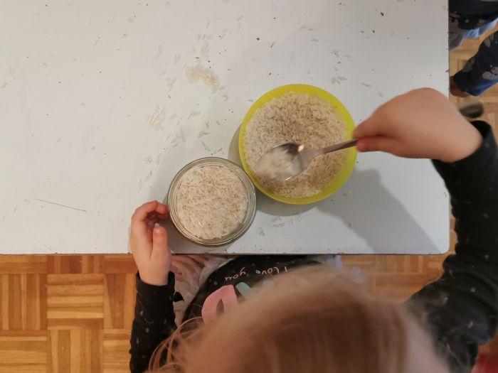 Polnjenje kozarcev z rižem