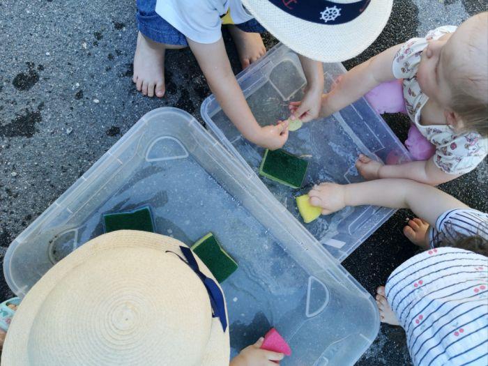 Škatla z vodo in gobicami za pomivanje