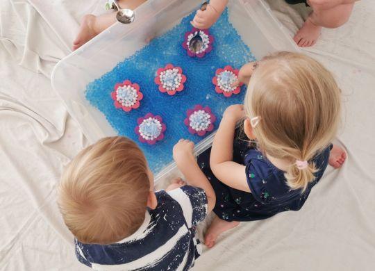 Igra z zamrznjenimi vodnimi perlicami