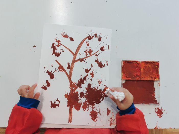 Jesensko drevo - slikanje s palčkami za ušesa